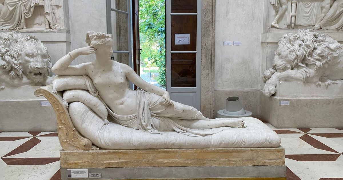 Snap! Tourist takes a selfie on a 19th-century Canova sculpture—and breaks off two toes
