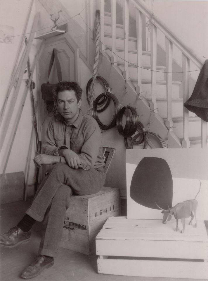 Tra le notizie dal mondo dell'arte di questa settimana, la digitalizzazione ad accesso aperto dell'archivio di Alexander Calder. Qui in una foto d'epoca nel suo studio.